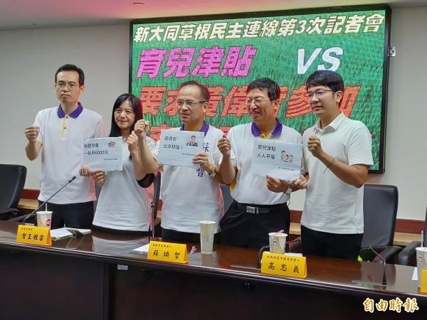 蘇煥智(中)與市議員參選人要求黃偉哲應參加政策公開辯論。(記者蔡文居攝)