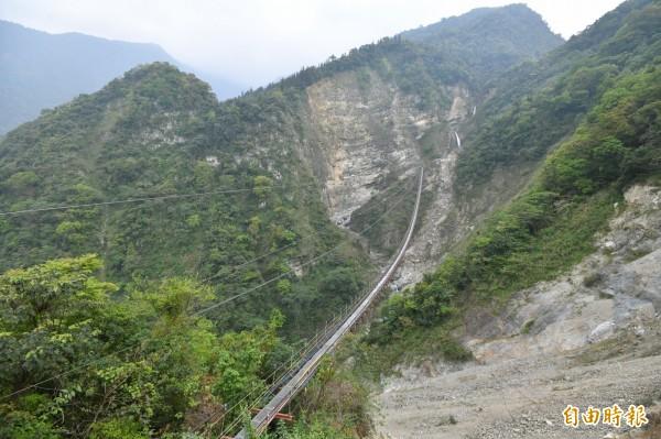 信義鄉雙龍瀑布水管吊橋,兩岸落差極大,橋形陡峭險峻。(記者劉濱銓攝)