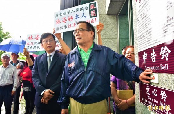 前羅東鎮民代表會副主席吳李龍(右),今率20多位羅東鎮民到宜蘭地檢署控告羅東鎮長林姿妙二備金使用是亂花救命錢。(記者張議晨攝)