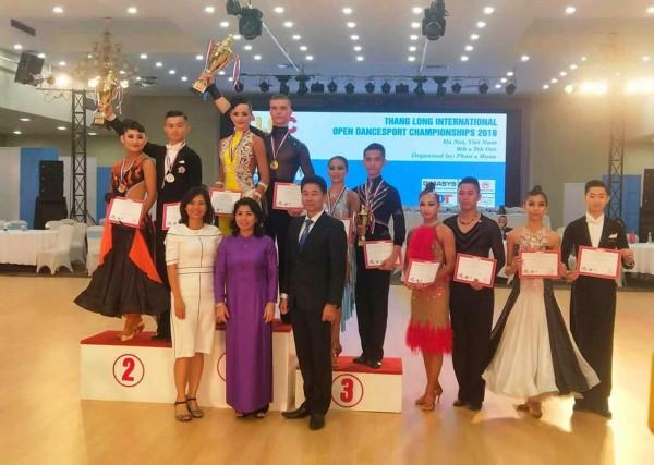 代表台灣參賽的陳怡安(後排左1)和林廷駿(後排左2)獲TLOC越南公開賽獲銀牌。(李姿緩提供)