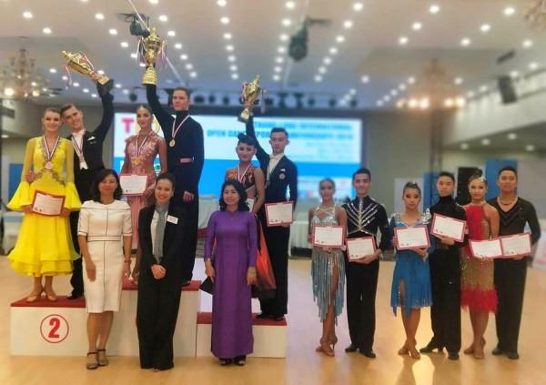 陳怡安(後排左5)、林廷駿(後排左6)在WDSF世界青年公開賽獲銅牌。(李姿緩提供)