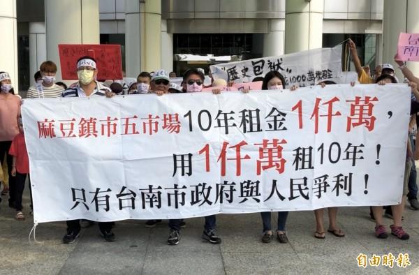 數十名台南麻豆公五市場攤商到台南市議會抗議市府與人民爭利。(記者蔡文居攝)