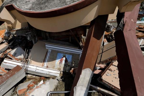 印尼強震釀土壤液化,大量泥水砂石沖毀建築物,民宅、清真寺、教堂與民宅被沖到數公里遠,村落於一夜間全毀。(路透)
