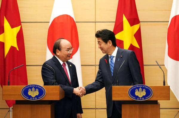 日本首相安倍晉三(右)8日與越南總理阮春福(左)展開高峰會。(法新社)