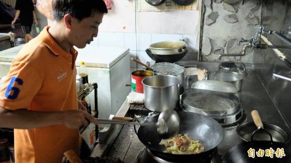陳振龍的廣東菜變化無窮,沙茶牛肉傳統作法是搭空心菜,他改用高麗菜炒,令人齒頰留香。(記者林欣漢攝)