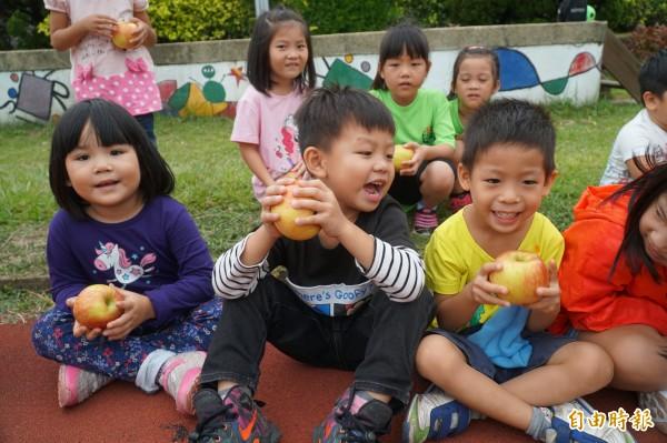 新竹縣公立幼兒園現有103園(班);縣長邱鏡淳表示,從今年到2020年,將再設立8園31班,其中有1.8億元來自前瞻基礎建設計畫補助經費。 (記者廖雪茹攝)