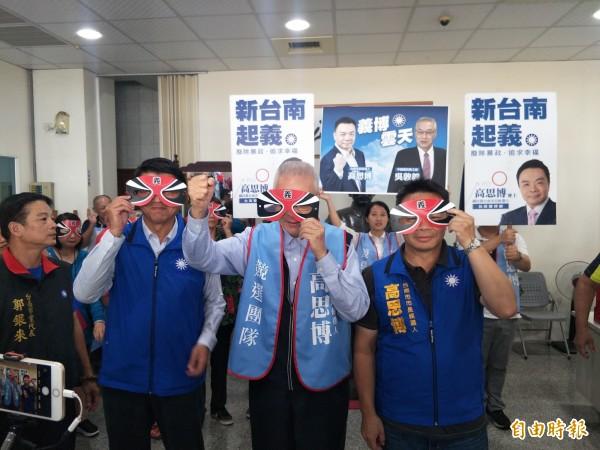 高思博(右起)、吳敦義及謝龍介齊戴「忠義」面具,強調要為受害者伸張正義。(記者邱灝唐攝)