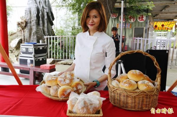 國際烘焙大賽五金得主裴志偉與苗栗市農會田媽媽團隊潘素貞等人合作開發「哈客麵包」。(記者彭健禮攝)