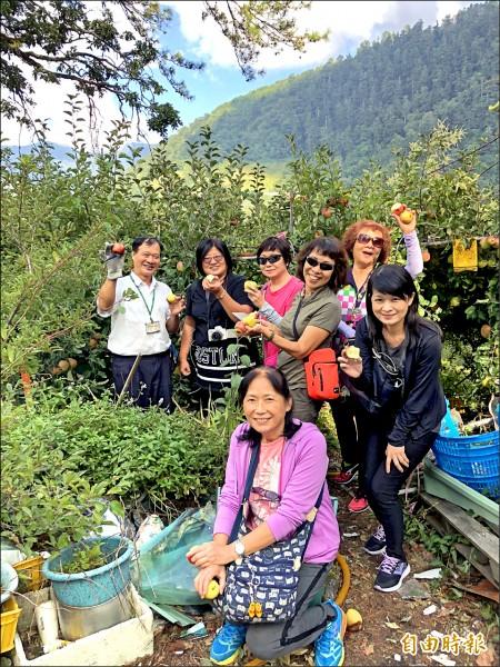 乘客沿途品嘗當地水果,歡樂氣氛好像旅遊團。(記者歐素美攝)