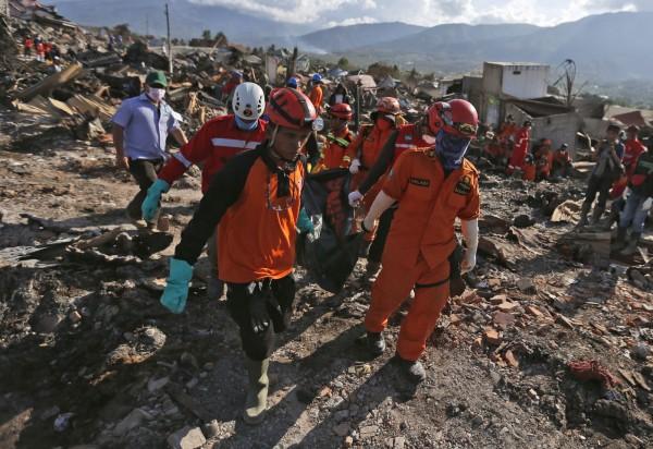 當印尼救援人員持續工作時,當局卻在今日下令,獨立的外國救援人員必須離開災區,並呼籲外國救援團體應自災區撤出其人員。(美聯社)
