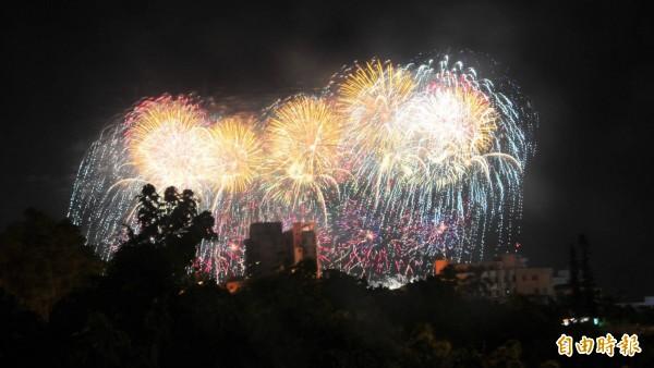 國慶煙火明晚在花蓮港東堤施放。圖為日前煙火定位時畫面。(資料照)