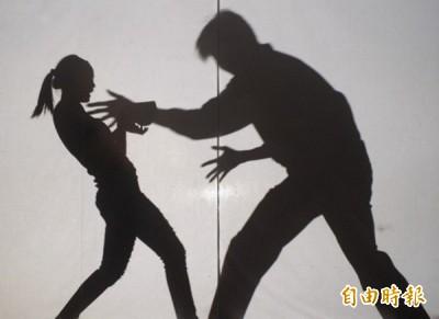 阮姓男子從2011年6月起,對同居人的7歲女兒小美(化名)伸狼爪指侵,新北地院依加重強制性交及猥褻罪,判他9年6月徒刑。(示意圖)