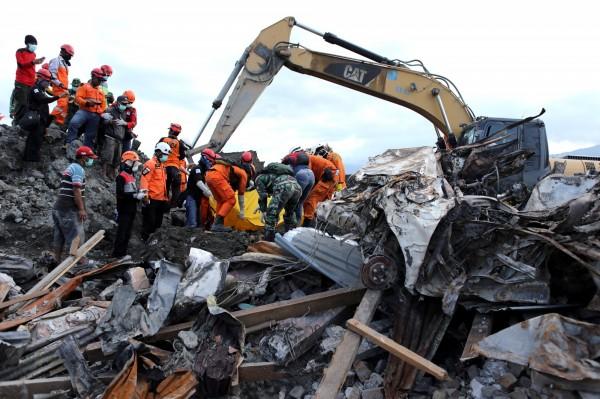 印尼蘇拉威西島上月底發生規模7.5強震並引發海嘯,造成逾2000人死亡,當局正持續進行搜索,尋找遇難者遺體。(路透)