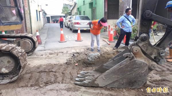 國慶日施工挖路造成住戶沒水沒電還不得進出,里民怨聲載道。(記者廖淑玲攝)