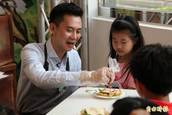 民進黨新竹縣長參選人鄭朝方今天用一起做下午茶,把嚴肅的食農教育用「玩」的,跟小朋友們分享。(記者黃美珠攝)