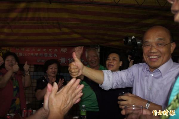 民進黨新北市長參選人蘇貞昌逐一向台下民眾致意。(記者賴筱桐攝)