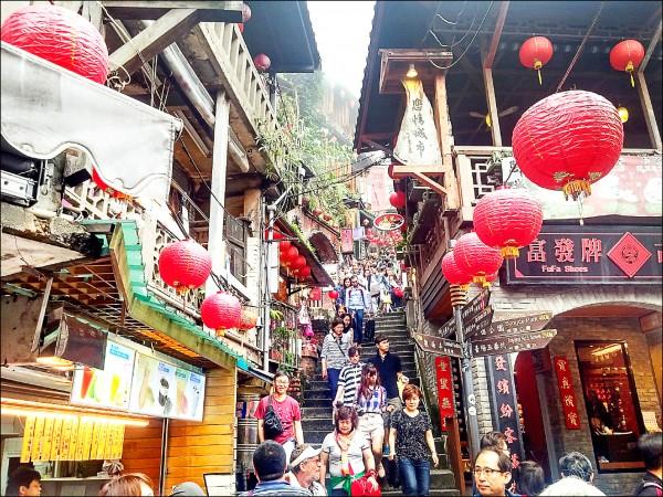 九份老街是觀光客必訪之地。(資料照)