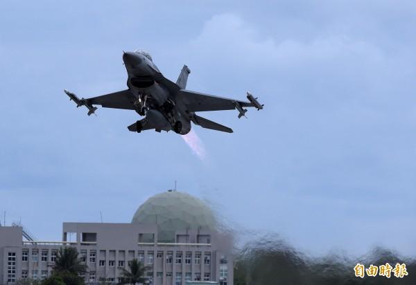 我國空軍表示,上月19日確有不明機自菲律賓飛往日本,進入我防空識別區,隨即派遣F-16戰機前往攔截查證。(資料照)