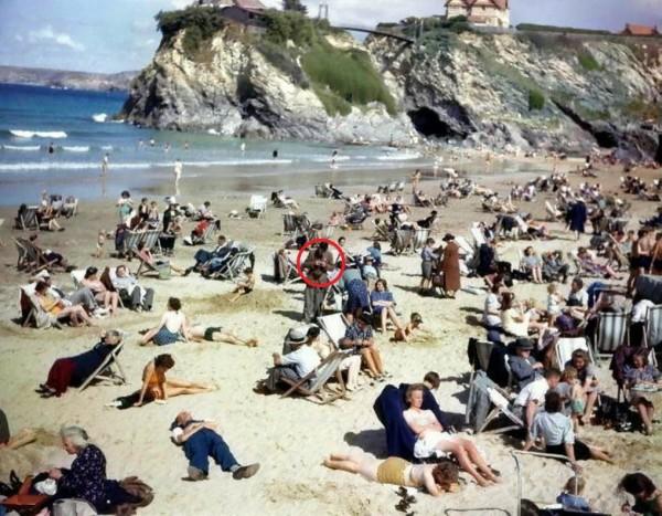 英國藝術家上月30日PO了1張1943年的照片,竟被眼尖網友抓出「時光旅人」,在沒有手機的年代滑手機。(圖擷取自「Stuart Humphryes」推特)