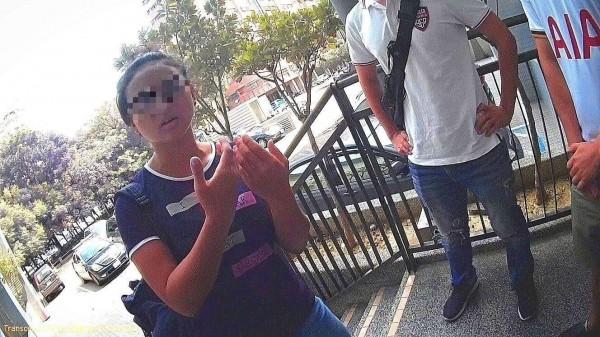 墨女(左)辯稱忘記付帳,但警方說她手法老練。(記者洪臣宏翻攝)