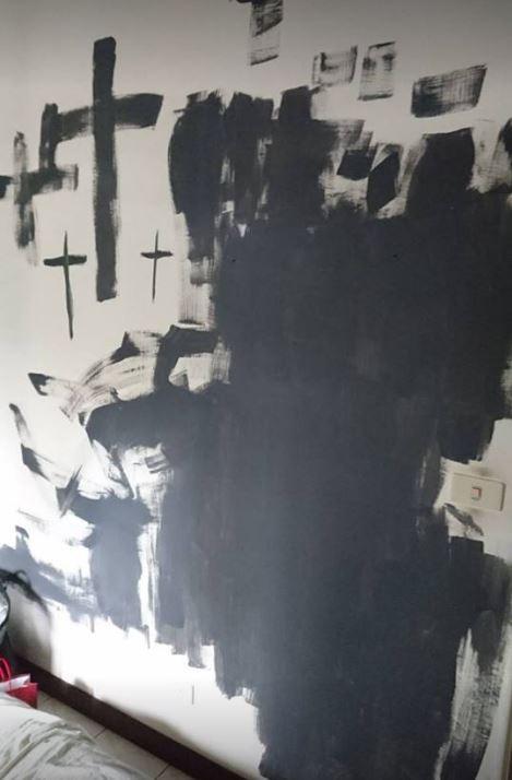朋友的女兒將屋內畫滿黑色十字架,種種誇張行徑讓女網友崩潰。(圖擷自「爆料公社」臉書)