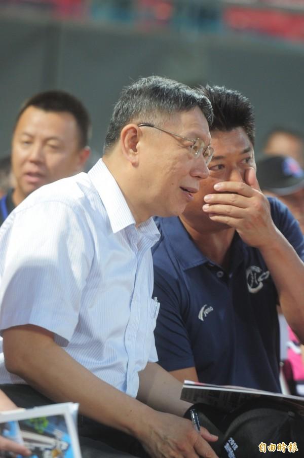 據說,台北市長柯文哲(左)拉攏議員,最愛用英文輕聲說「What can I do for You」(我可以幫你什麼)?圖右為中華棒球協會理事長辜仲諒。(資料照,記者王藝菘攝)