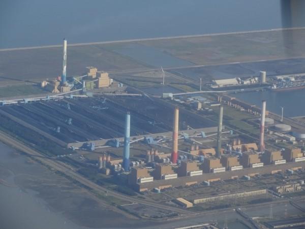 中火一旦在2023年增加2座天然氣機組發電,將取代原來4個燃煤機組,目前中火5隻煙囪,將有2隻不再冒煙。(記者蔡淑媛翻攝)
