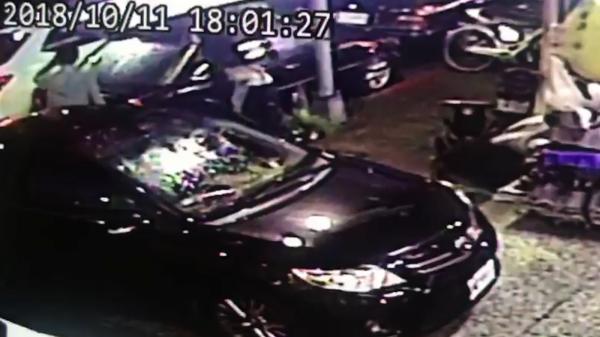 黃佑呈(右上)到車廠領車後,謝嫌開著白色轎車前來,與黃男交換車輛分別駕駛。(記者陳恩惠翻攝)