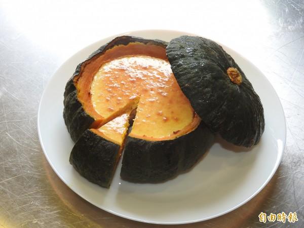 用整顆栗子南瓜烘烤而成的南瓜乳酪,有冷藏、冷凍不同吃法與口感。(記者佟振國攝)