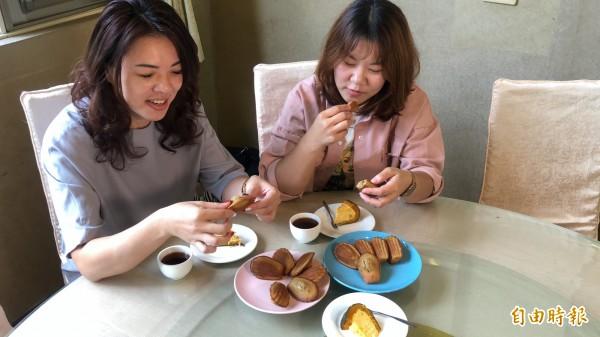 現烤出爐的紅茶瑪德蓮鬆軟帶有紅茶清香,讓消費者愛不釋口。(記者佟振國攝)