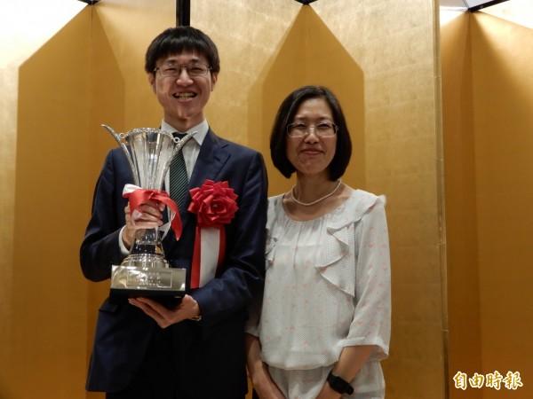 許家元的媽媽范麗娟特地從台灣飛來慶祝。(記者林翠儀攝)