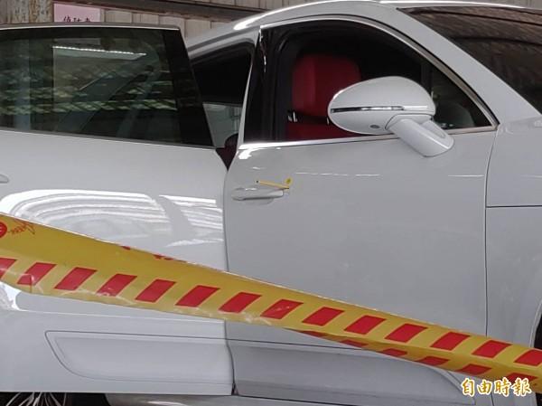 白色保時捷今天凌晨遭槍擊,警方採證。(記者陳彥廷攝)
