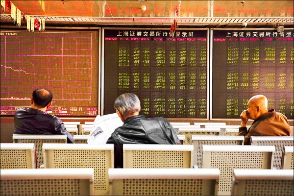 美股暴跌拖累全球股市,分析師認為市場仍面臨許多不確定因素。(歐新社)