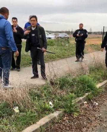 法國巴黎南部維蘇市市長特蘭基耶酒後持武士刀威嚇非法聚居的吉普賽人。(擷取自YouTube)