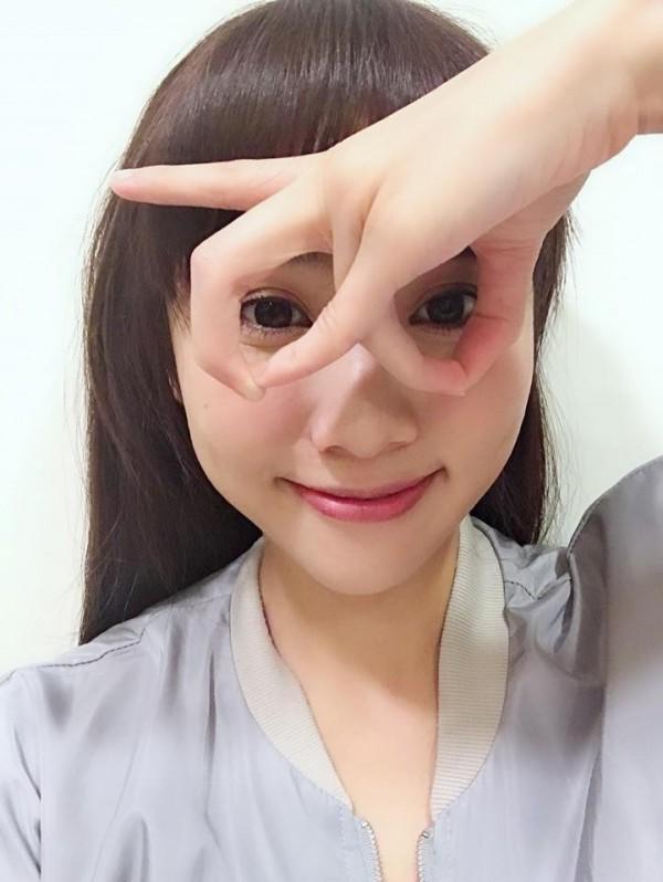KIWI姐姐掀起「眼鏡手挑戰」風潮,引起網友關注。(圖擷取自KIWI姐姐臉書)