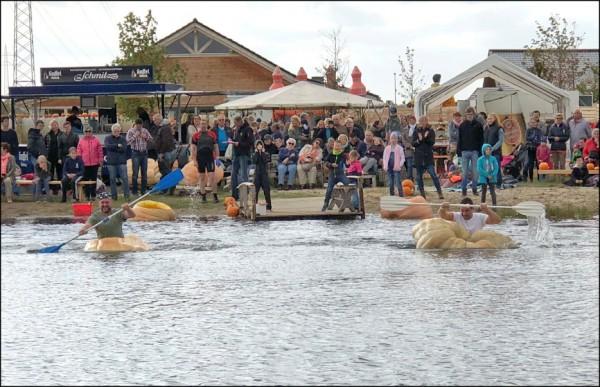 德國基維索法湖年度南瓜賽三日舉行,參賽者坐在大南瓜裡奮力前划。 (路透)