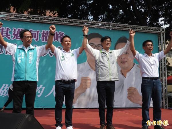 高雄市三民區市議員參選人何權峰(左二)今競選總部成立,民進黨市長參選人陳其邁(右二)等人到場力挺。(記者方志賢攝)