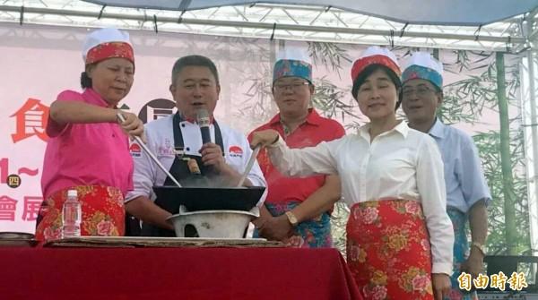 南投市長宋懷琳(左一)等人以廚師裝扮為意麵品嚐活動揭開序幕。(記者謝介裕攝)