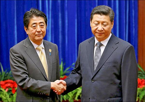 日本首相安倍晉三(左)確定將於本月底訪問中國,為日相暌違七年來首度前往中國進行正式訪問。圖為安倍二○一四年十一月前往北京出席亞太經濟合作會議領袖高峰會時,與中國國家主席習近平(右)會面。(路透檔案照)