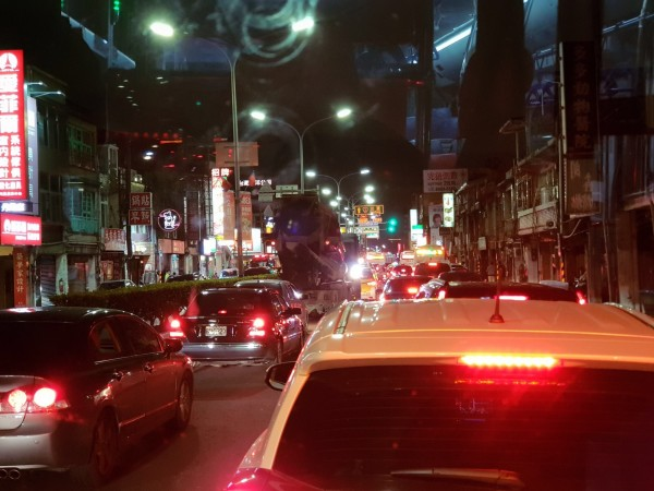 車禍造成新莊中正路嚴重回堵。(記者陳恩惠翻攝)