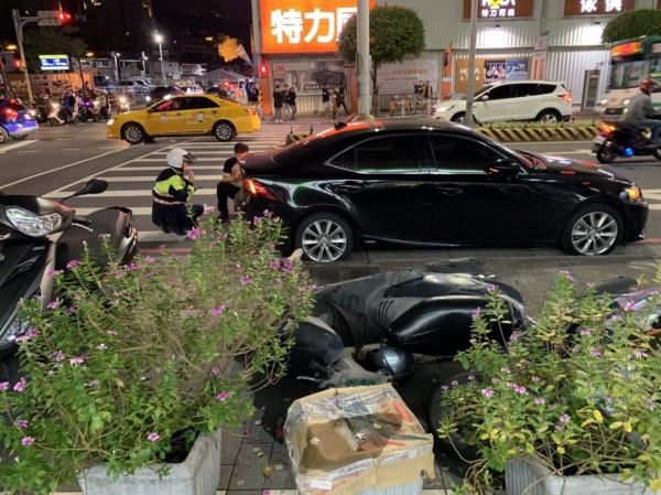 車禍現場。(記者陳恩惠翻攝)