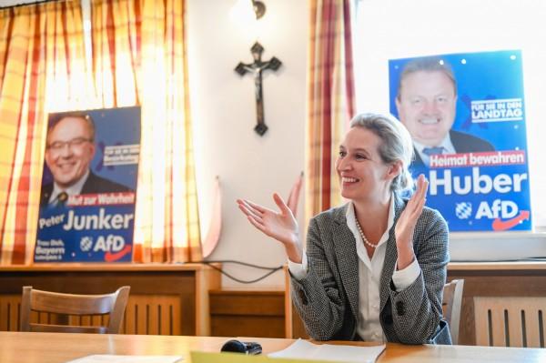 德國極右派政黨「另類選擇黨(AfD)」日前推出倍受爭議的「舉報老師」政策,計畫透過在網路推出檢舉網站,鼓勵學生上網檢舉在課堂上「公開批評AfD」的老師。圖為黨主席Alice Weidel。(歐新社)