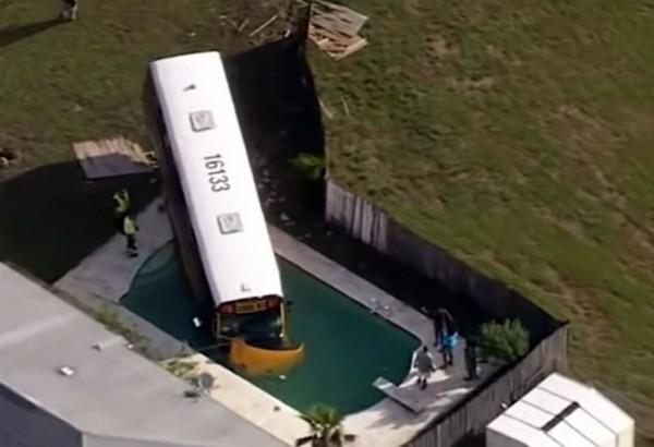 美國校車衝進民宅院子的游泳池內,網友笑稱校車也想來泳池開趴狂歡。(圖擷自《紐約郵報》推特)