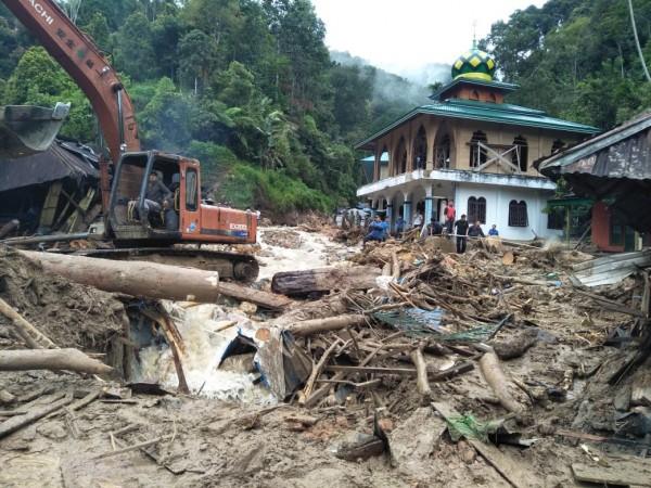 印尼北蘇門答臘省曼代靈納塔爾地區(Mandailing Natal)遭遇洪水,至少12名學童被沖走,造成11死1失蹤。(法新社)