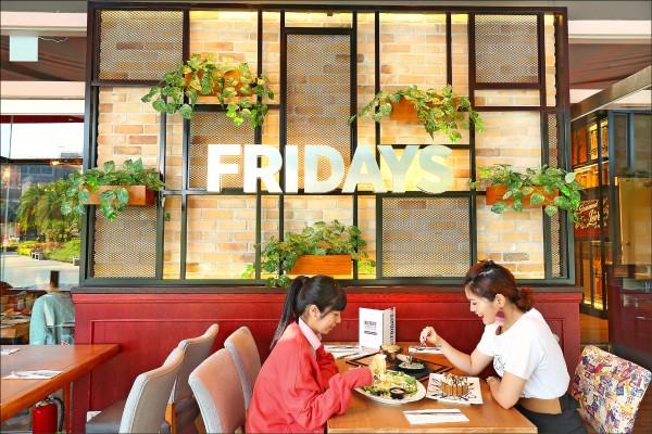 採光明亮的戶外用餐區,是TGI FRIDAYS台茂餐廳獨有的用餐環境。(記者沈昱嘉/攝影)