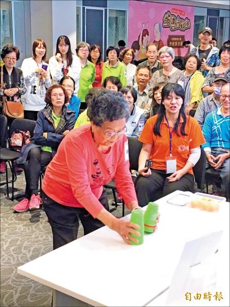 高齡92歲的阿嬤黃賴月玩起疊杯運動不慌不忙、沉著冷靜。(記者楊綿傑攝)