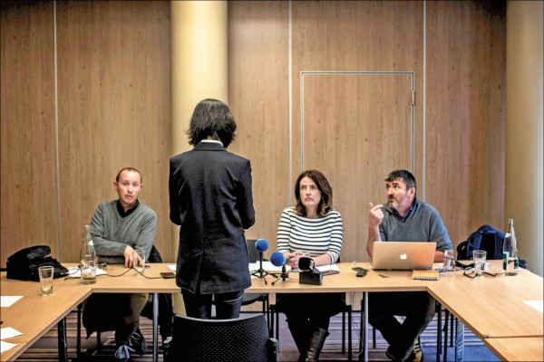 孟妻(站立者)七日在法國里昂召開記者會,向國際社會求援。(法新社)