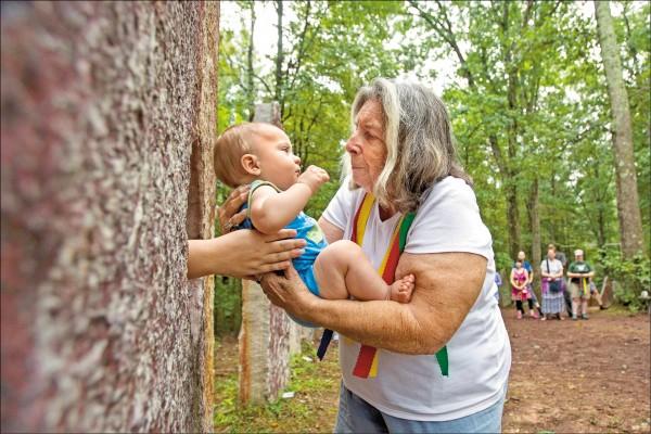 美國賓州亞提瑪斯的一個教會成員,抱著嬰兒準備讓其穿越「母親石」,以取得祝福。根據英國研究發現,產下體重四.五公斤以上巨嬰的女性,罹患乳癌的風險上升五十三%。(歐新社檔案照)