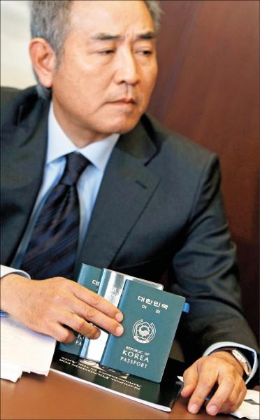 圖為南韓一般國民的護照,其封面以韓、英文印有「大韓民國」字樣。(路透檔案照)