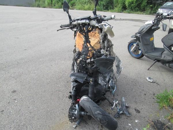 男大生的機車起火燃燒,只剩骨架。(記者張軒哲翻攝)